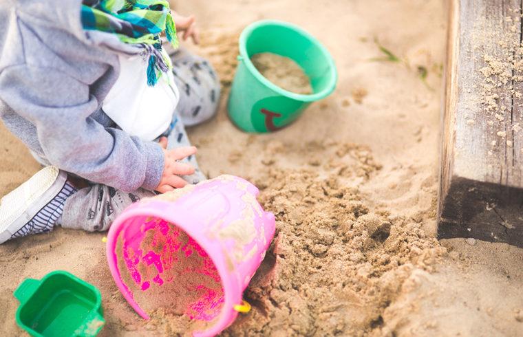 砂場で遊ぶ子どもの様子
