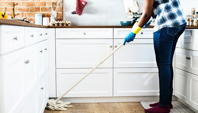 家の掃除をしている画像