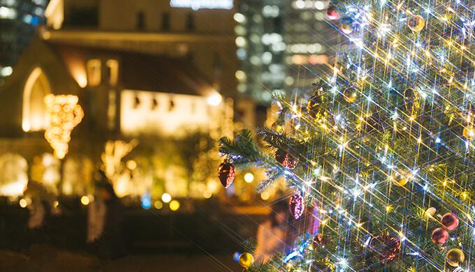 クリスマスシーズンのクリスマスツリーとキラキラした町並みの写真