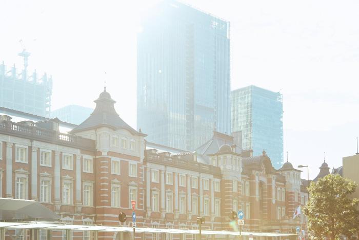 朝の東京駅の風景